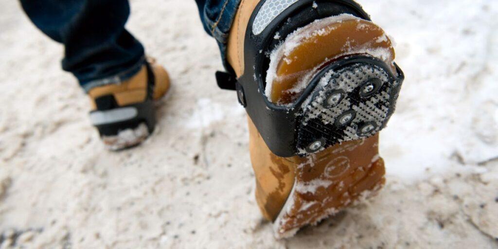 Isbroddar förebygger fallolyckor bland äldre vintertid